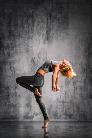 젊은 아름다운 댄서 스튜디오 배경에 포즈