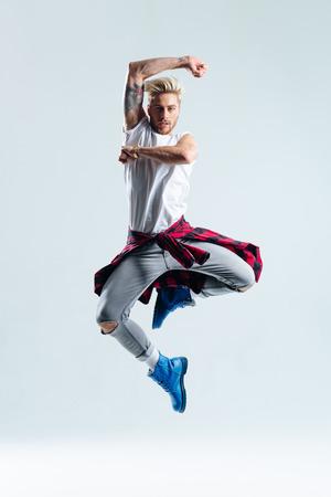 danseuse: belle jeune danseuse sautant sur un fond de studio Banque d'images
