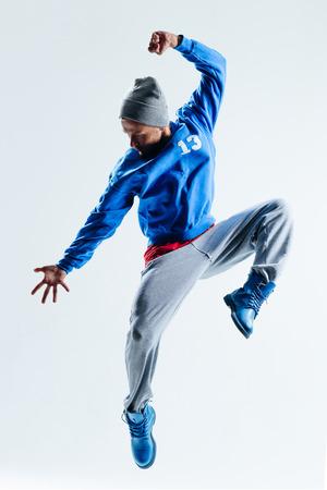 ejercicio aer�bico: joven y bella bailarina posando en el estudio Foto de archivo