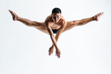 bailarin hombre: joven y bella bailarina posando en el estudio Foto de archivo