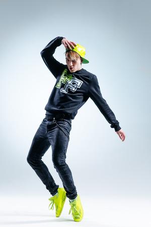 bailarin hombre: joven bailar�n de hip-hopl posando en estudio