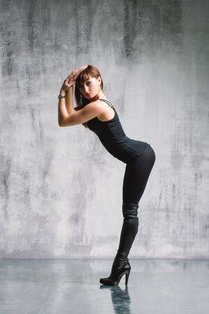 gogo girl: junge schöne Streifen Go-go-Tänzerin posiert im Studio