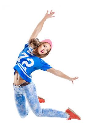 joven y bella bailarina de estilo moderno, posando sobre un fondo de estudio
