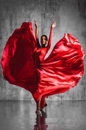 bailando flamenco: hermosa bailarina de flamenco que presenta en un estudio de fondo Foto de archivo