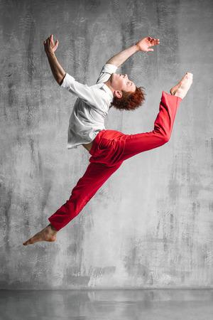 bailarin hombre: joven y bella bailarina de estilo moderno, posando sobre un fondo de estudio