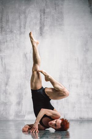 ballet hombres: joven y bella bailarina de estilo moderno, posando sobre un fondo de estudio