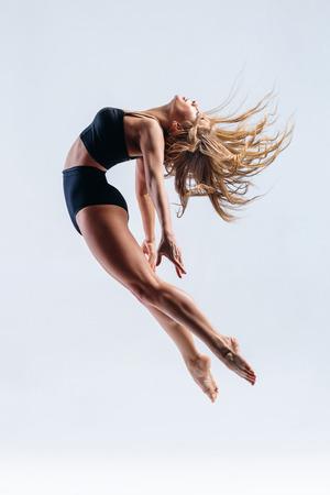 jonge mooie moderne stijl danser poseren op een studio achtergrond Stockfoto
