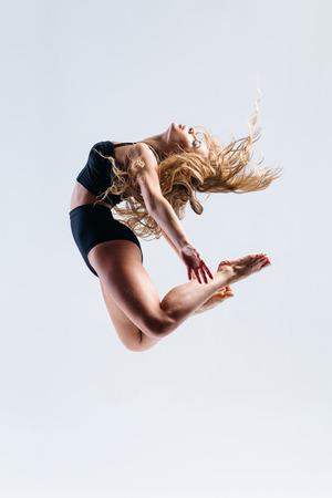 danseuse: belle jeune danseuse posant en studio Banque d'images