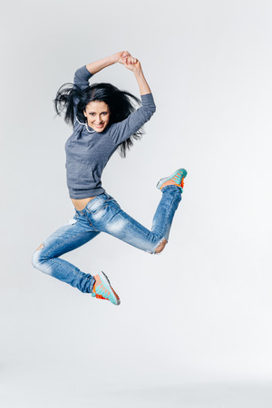 Giovane bella ballerina stile moderno posa su uno sfondo studio Archivio Fotografico - 48717836