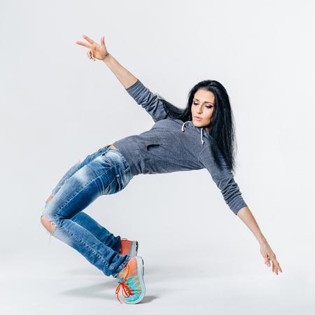 junge schöne moderne Stil Tänzerin posiert auf einer Studio-Hintergrund
