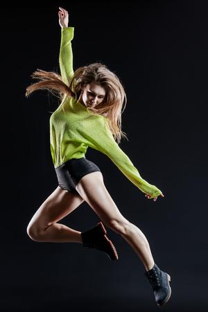 ejercicio aeróbico: Joven y bella bailarina que salta en estudio