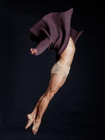 nudo maschile: Giovane bella ballerina in posa in studio