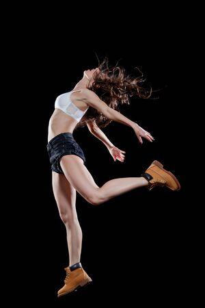 Junger schöner Tänzer, der im Studio aufwirft