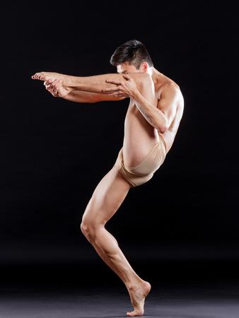 nudo maschile: Giovane bella ballerina posa in studio Archivio Fotografico