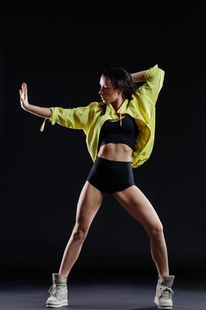 ejercicio aeróbico: Hermosa bailarina joven posando en el estudio