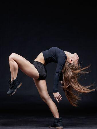 Junge schöne Tänzerin Springen im Studio