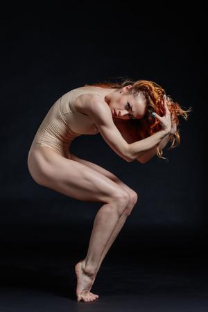 tänzerin: Junge schöne Tänzerin posiert im Studio