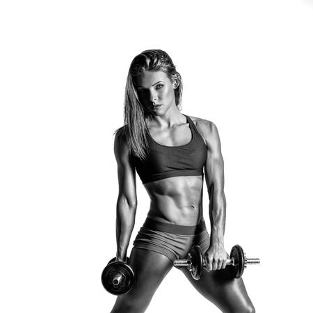 giovane femmina sportiva in bianco e nero