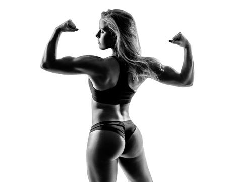 joven hembra deportiva en blanco y negro