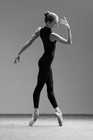 en pointe: Young beautiful dancer posing in studio