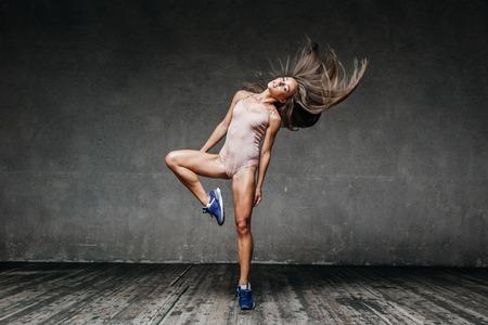 ejercicio aeróbico: Young beautiful dancer posing in studio