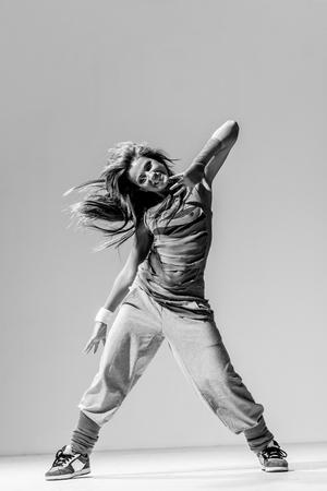 Jeune belle danseuse posant en studio Banque d'images - 72970504