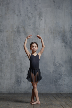 ダンス スタジオでポーズをとってバレリーナ ・ ガール 写真素材