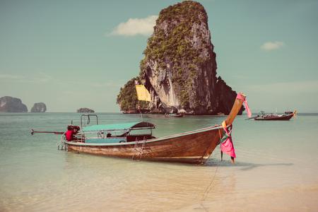 ビーチにボートをクラビ、タイ 写真素材 - 84271854
