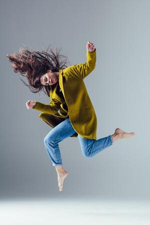 Belle jeune danseuse est posant dans le studio Banque d'images - 96062709