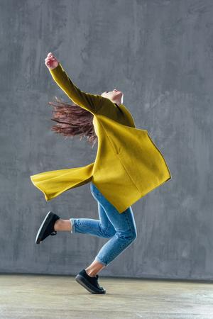 Belle jeune danseuse est posant dans le studio Banque d'images - 96062716