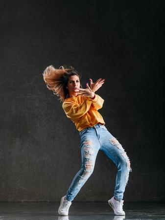 Belle jeune danseuse est posant dans le studio Banque d'images - 96063800