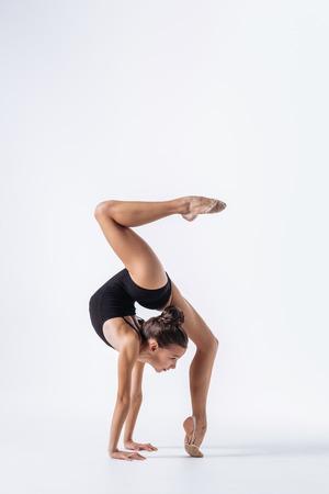 若い体操選手の女の子のストレッチとトレーニング