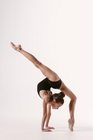 Młoda gimnastyczka dziewczyna rozciąganie i szkolenie