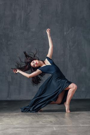 Belle jeune danseuse est posant dans le studio Banque d'images - 96460569
