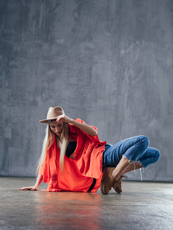 Belle jeune danseuse pose dans le studio Banque d'images - 96903676