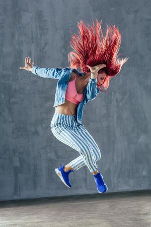Belle jeune danseuse pose dans le studio Banque d'images - 96904138