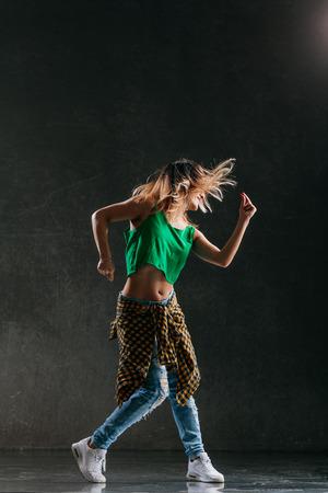 Belle jeune danseuse pose dans le studio Banque d'images - 96904326