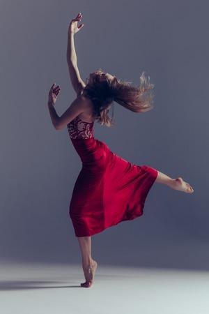 Young beautiful ballerina is posing in studio Foto de archivo - 100347599