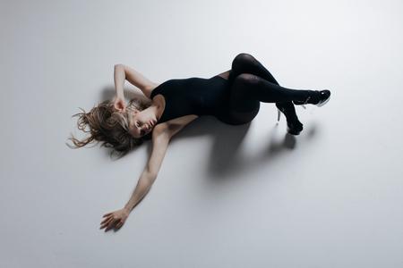 Young beautiful dancer is posing in studio Zdjęcie Seryjne - 104535934