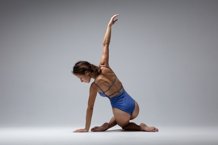 Young beautiful yoga woman is posing in studio Banque d'images