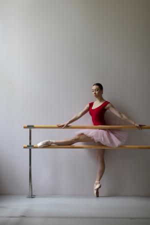 Bailarina de entrenamiento hermosa en la clase Foto de archivo - 105136993