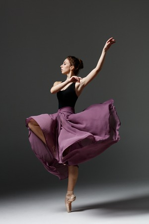 Młoda piękna balerina pozuje w studio
