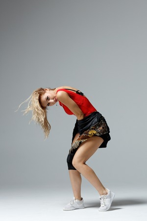Hip hop dancer moving and jumping in photostudio Banque d'images - 120782823
