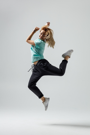 Hip hop dancer moving and jumping in photostudio 免版税图像