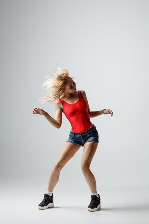 Hip hop dancer moving and jumping in photostudio Banque d'images - 120484861