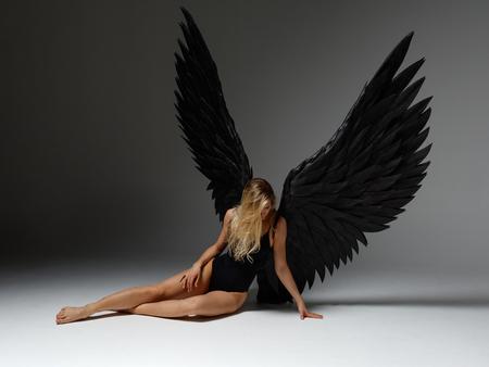 Kobieta anioł pozuje