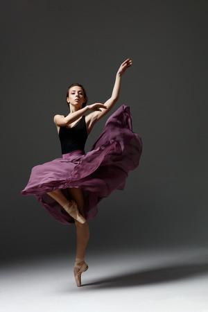 Junge schöne Ballerina wirft im Studio auf