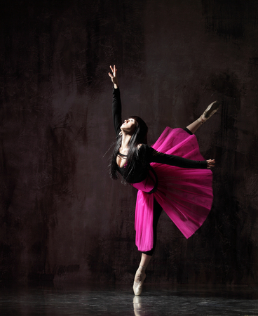 eine Ballerina tanzt in rosa Tutu