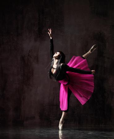 una bailarina bailando en tutú rosa