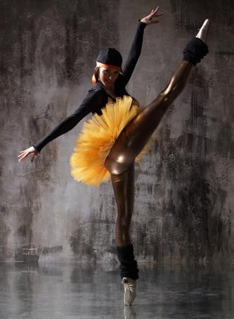 Joven bailarina hermosa está posando en estudio Foto de archivo